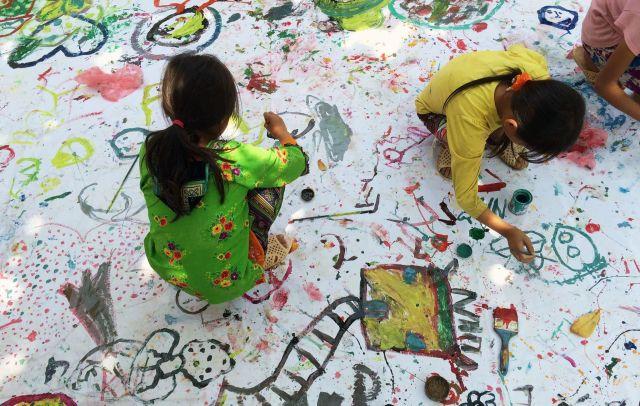 のびのびと絵を描く、「トーヘファン」の活動に参加する子どもたち