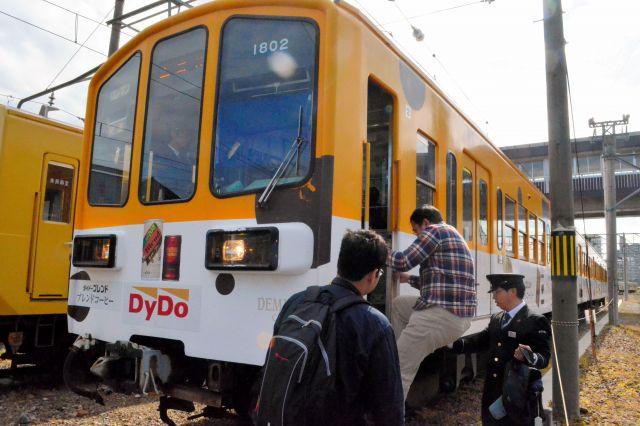 使用する電車に乗り込む参加者。ホームがないと結構高い=近江鉄道彦根駅