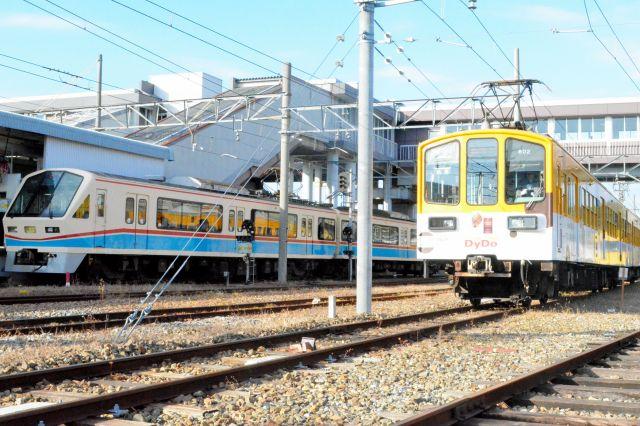 運転体験で彦根駅構内を走行する近江鉄道802形(中央)。左は701形「あかね号」。元はどちらも西武401系=滋賀県彦根市