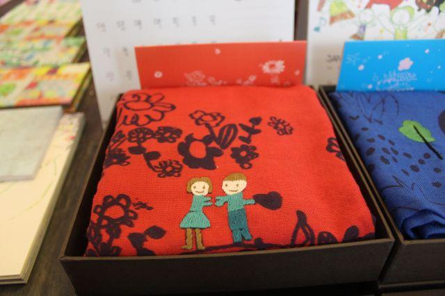 かわいいししゅうをあしらったスカーフはプレゼントにも=鈴木暁子撮影