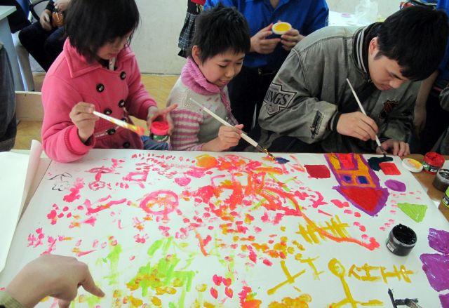 一心不乱に絵を描く子どももいる、「トーヘファン」のひとこま