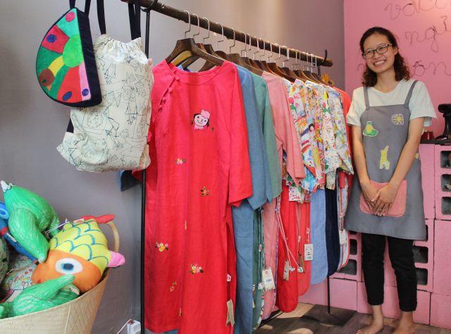 鮮やかなアオザイや雑貨が並ぶトーヘの店内。壁はピンク色=鈴木暁子撮影