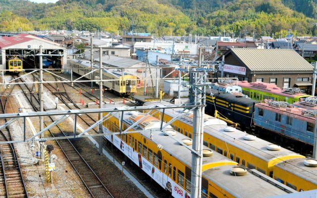 近江鉄道彦根駅。手前が今回の運転体験で使用した線路と802形。左奥が工場=滋賀県彦根市