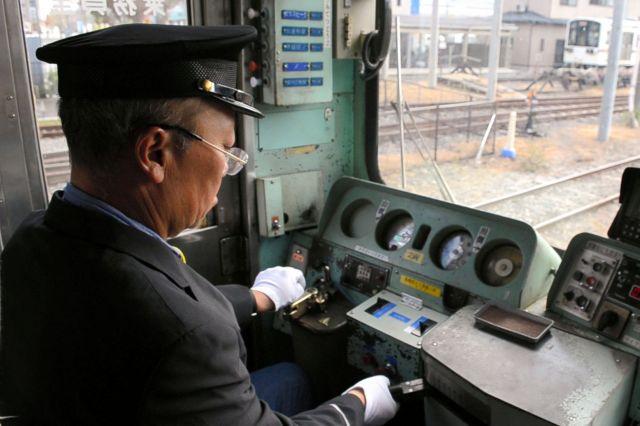 3回目の乗務は運転士の制服と制帽を借りた記者=近江鉄道彦根駅