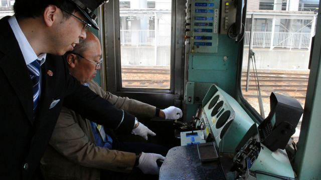 加速に夢中になってたら警告音が鳴った。「デッドマンペダル踏んでないですよ。このままじゃ電車止まっちゃいます」=近江鉄道彦根駅