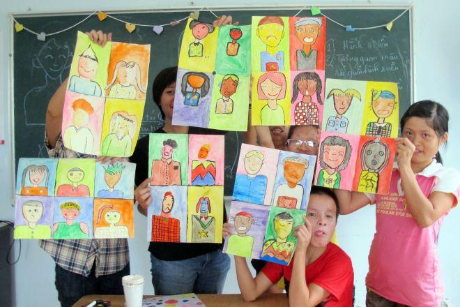 トーヘファンの活動に参加して絵を描いた、障害のあるベトナムの子どもたち