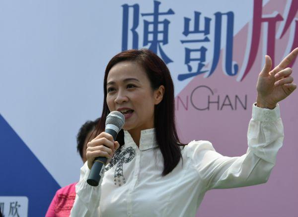 香港立法会補欠選挙で当選した陳凱欣さん。香港の親中派が支持した=2018年10月2日、香港、益満雄一郎撮影