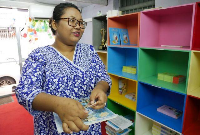 「ワローンの熱い思いに何とか応えたかった」と話す、編集責任者のエイピュントリザンさん=2018年11月、ミャンマー・ヤンゴン