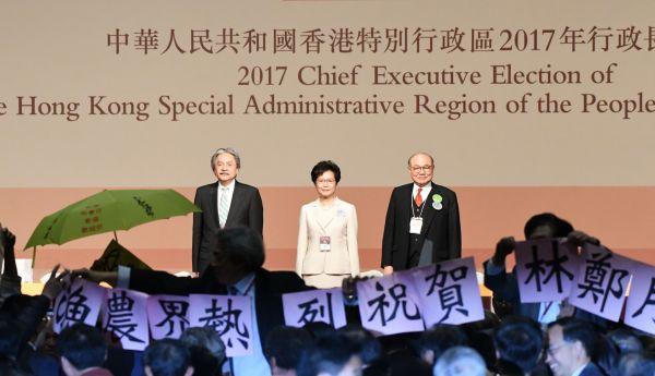 香港行政長官選挙で当選した林鄭月娥さん(中央)=2017年3月26日、香港、益満雄一郎撮影