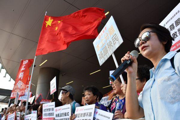 「香港は中国ではない」と主張した民主派の立法会議員を非難する親中派の集会=2016年10月26日、香港、益満雄一郎撮影