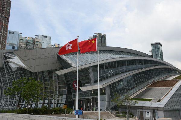 新設された、中国大陸とを結ぶ高速鉄道の香港・西九竜駅前に掲げられた中国の国旗と香港の旗=2018年9月22日、香港、益満雄一郎撮影