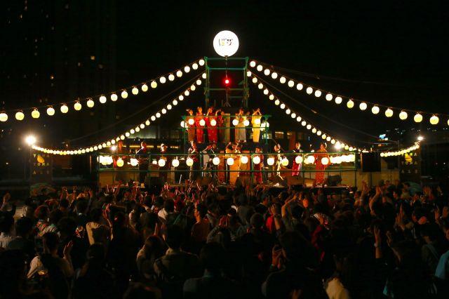 参加者とヤッホーブルーイング社員がみんなで踊る、よなよな超盆踊り