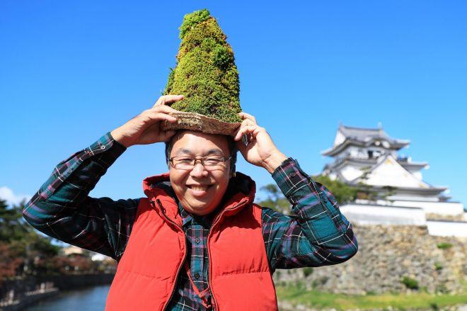 苔を生やした帽子をかぶる泉原一弥さん=大阪府岸和田市、内田光撮影
