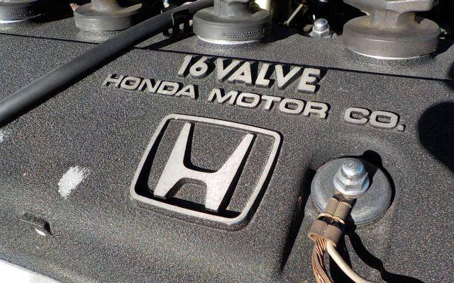 F1マシンを思わせる結晶塗装のエンジンヘッドカバー。バブル景気を象徴するF1ブーム当時、ホンダは最強サプライヤーだった