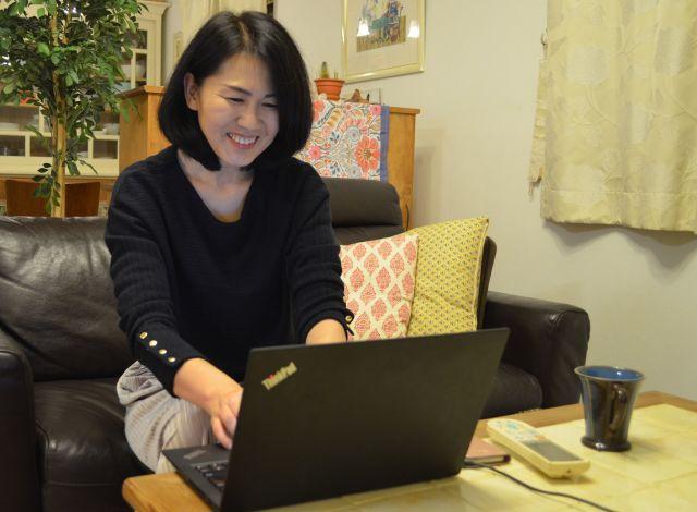 オンライン交流会のファシリテーターを務める加藤さん。交流会にはパソコンから参加できる。