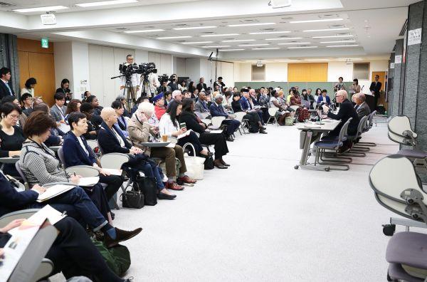 東京アルビニズム会議での発表を聞く参加者たち