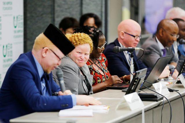 東京アルビニズム会議で体験を語ったマリアム・スタフォードさん(左から2人目)ら=関田航撮影