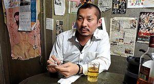 朝日新聞「ひと」欄に載ったときの北大路翼さん。「アウトロー俳句を出版した」と紹介されている。