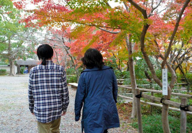小倉美樹さん(右)と長男の時駆さん=2018年11月、京都府長岡京市、沢木香織撮影