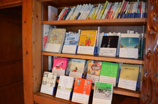「運命図書館」に寄贈された本の一部=名護市宮里3丁目のAETHER(あいてーる)