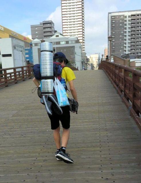 長崎市へ徒歩で向かう旅に出る修平さん=2017年8月、北九州市小倉北区、早川英之さん提供