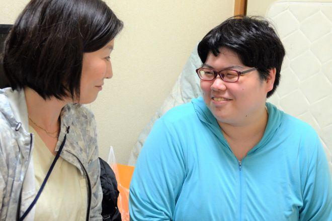 いじめられた過去がある加藤郁美さん(右)。作業所で施設長の中澤聖子さんと出会い、前を向いて生きられるようになりました