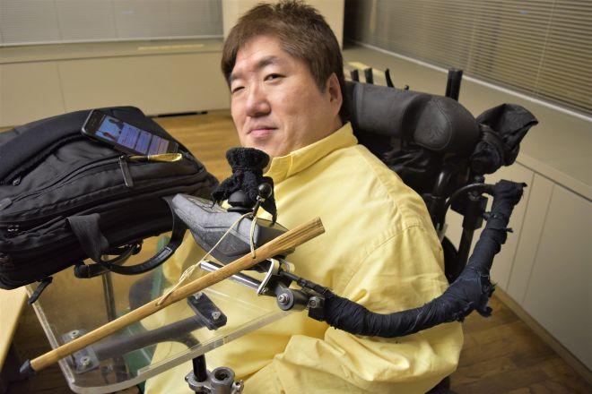 「元祖障害者芸人」として、20年以上のキャリアを持つホーキング青山さん=丹治翔撮影