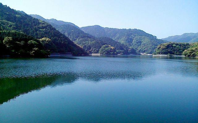 転校した小学校近くのダム湖。行き帰りに眺めた=北九州市内、早川英之さん提供
