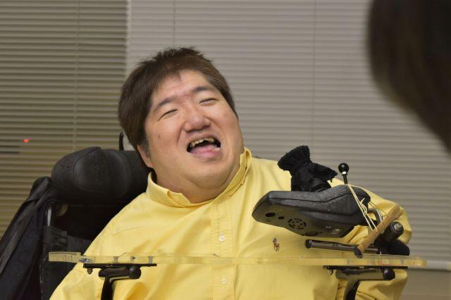 豪快に笑うホーキング青山さん
