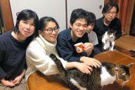 愛猫2匹とともに暮らす早川みどりさん(左)一家。右隣が二未さん=11月、北九州市
