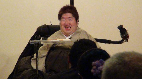 高座に上がり、落語を披露するホーキング青山さん