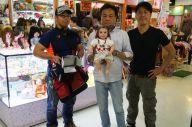 タイで幸福の人形とされるルクテープを手にした北野誠さん(中央)