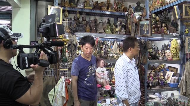 オカルトグッズを売っている店が多数あるというタイのタープラチャン市場でのロケ