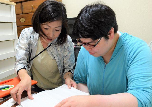 家計簿を見て振り返る加藤さん(右)と中澤さん