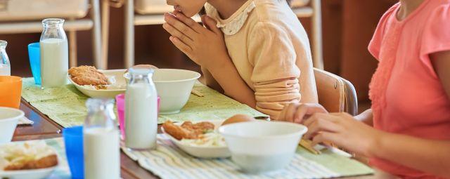 アユミさんの長女は学校に行こうとすると体調を崩し、給食も食べられなくなったという。(写真はイメージ)