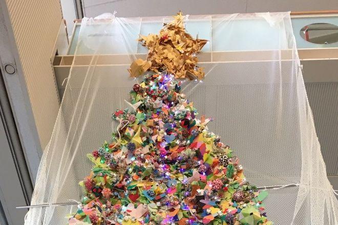 入院患者の子どもたちや付き添う親、病院スタッフ、地域の人たちが作った「おりがみツリー」=東京都世田谷区の国立成育医療研究センター