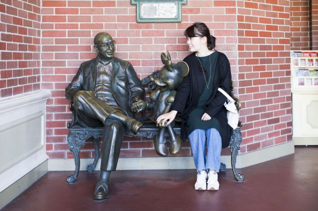 東京ディズニーランドのソロベンチに座る中村さん=撮影/最上梨沙(C)Disney