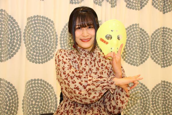 地下アイドル「仮面女子」のメンバー・猪狩ともかさん。不慮の事故で脊髄を損傷し、車いすでステージに出演している=神戸郁人撮影