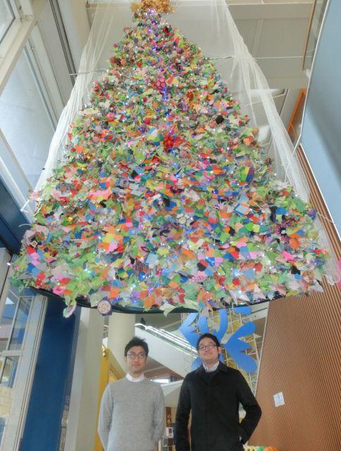 「おりがみツリー」を発案した小児科医の橋本直也さん(左)と、引き継いだ同センター総務部の佐藤徹さん