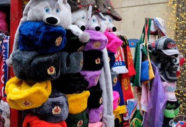 こちらも定番、通称「ロシア帽」。正しくはウシャンカという名前で、ミンクなどの毛皮のものは軽く数万ルーブルします。写真の物は化繊で800ルーブル程度でした