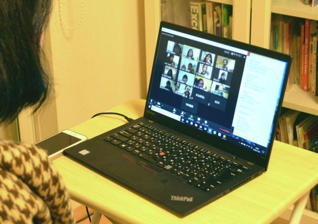 パソコンの画面には参加者の顔が並ぶ(画像の一部を加工しています)