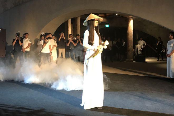 こちらは本物のアオザイを着た女性