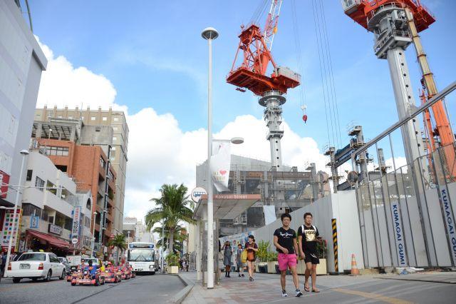 観光客増で建設ラッシュの那覇市中心部