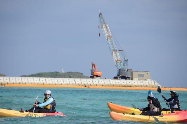 名護市辺野古沖で米軍基地のための埋め立てに反対する市民