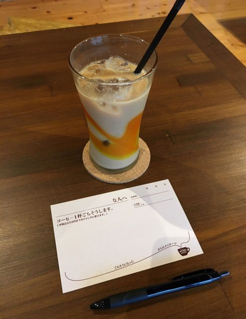 1杯のコーヒーと恩送りカード