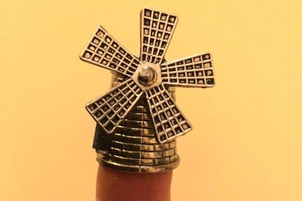 金属製のものもあります。この写真、大ヒントです。正解は縫い物をするときに指先を保護する裁縫用具「指ぬき(シンブル)」でした