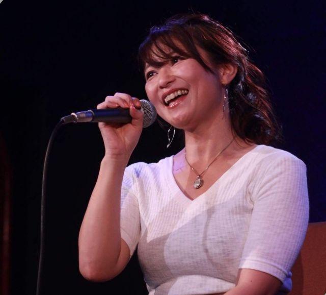 ライブで歌う小室さん。AV女優引退後にシングルCDを出しインディーズデビューした=小室さん提供
