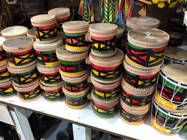 いきなり難易度が上がりますが、並んだ写真からこのおみやげたちが売られている国を類推してみてください。これは日本でいう太鼓です。派手な色使いにご注目