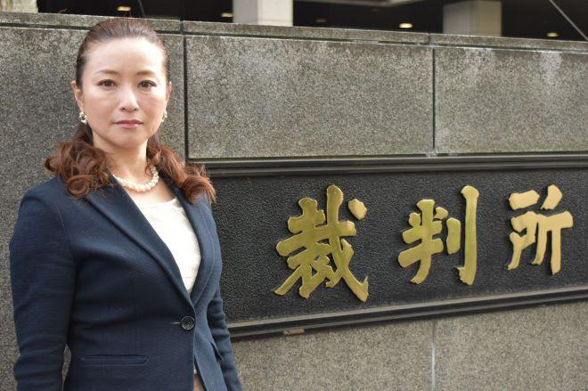 東京地裁などが入る庁舎前に立つ、元有名AV女優の小室友里さん=高野真吾撮影