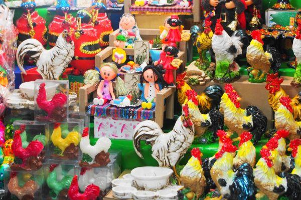 酉年を迎える直前、バザールの店頭に並んだニワトリの置物たち